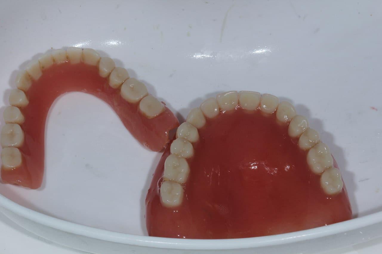 Haftcreme bei Dritten Zähnen